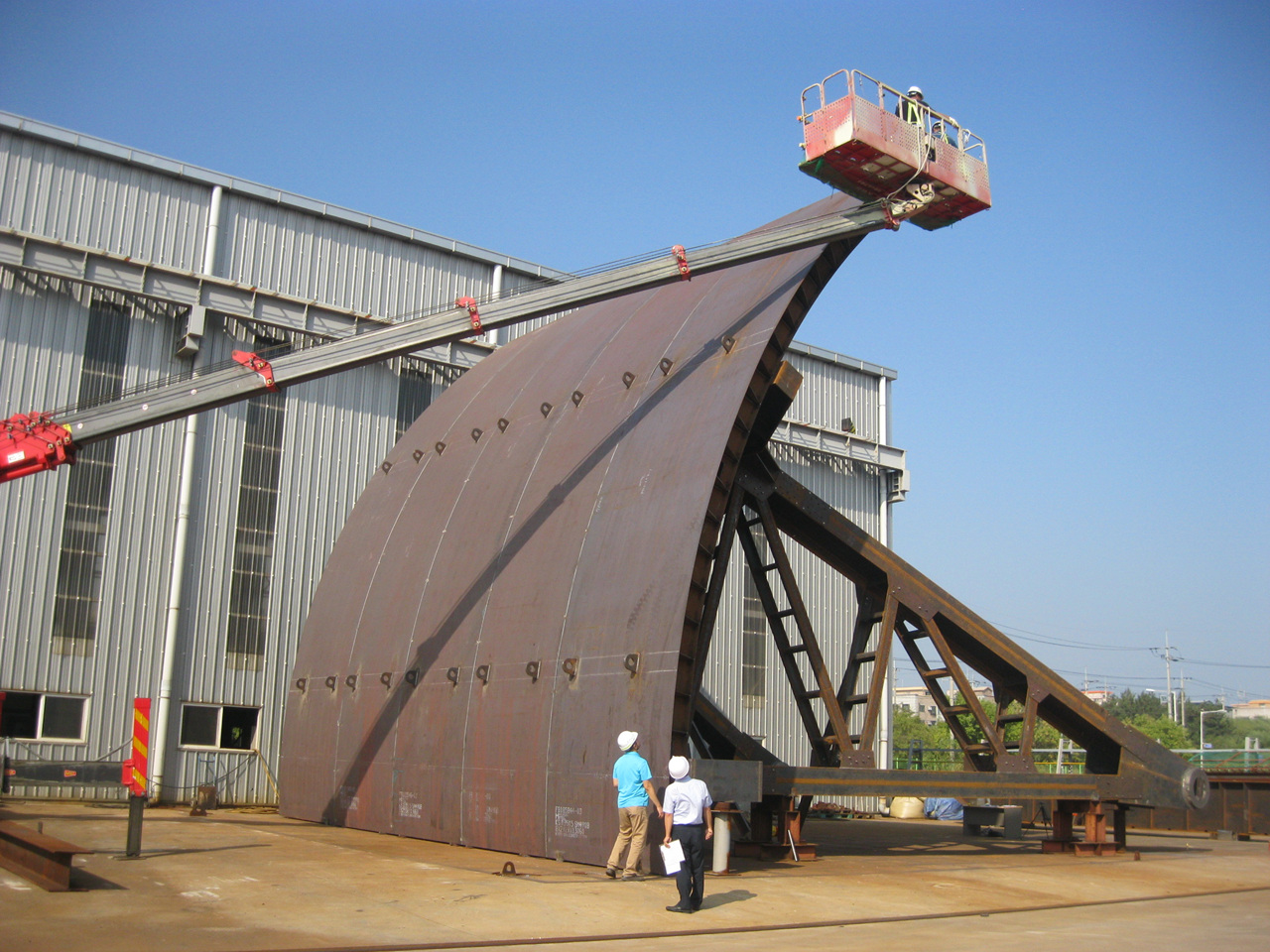 Manufacturing and installing the sluice gate for the spill way of the Yeongju multipurpose dam 첨부파일 : 1562743378_1.jpg