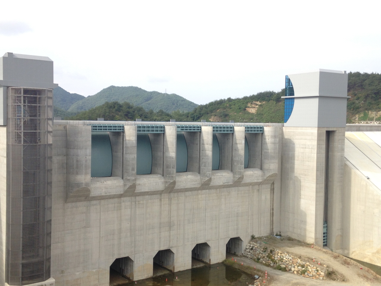 Manufacturing and installing the sluice gate for the spill way of the Yeongju multipurpose dam 첨부파일 : 1562743378_5.jpg