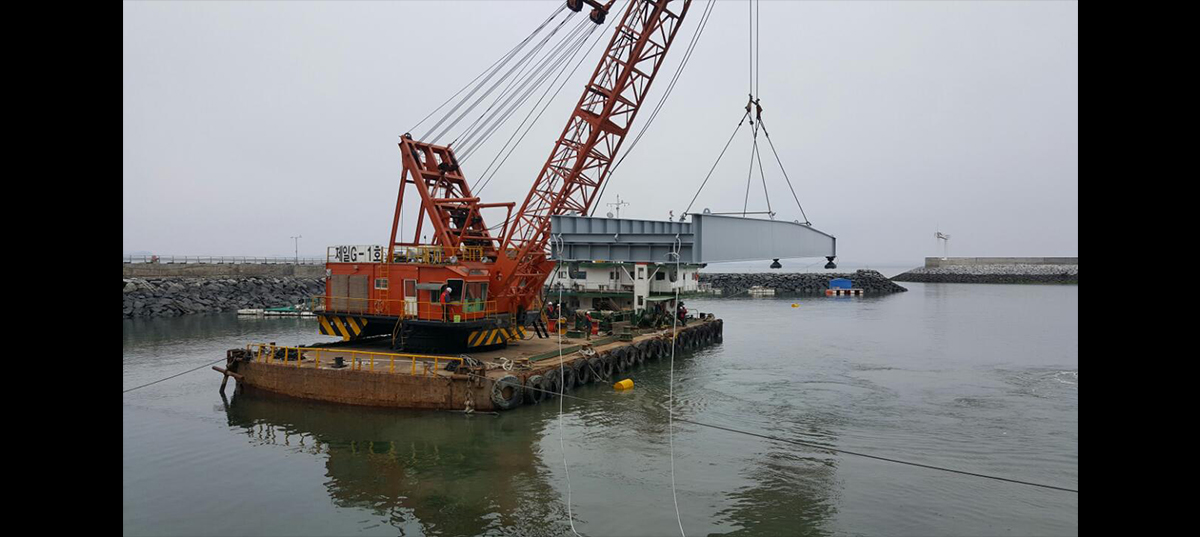 Installing and relocating the landing stage during the improvement work of the Yeondo Port 첨부파일 : 1562744531.jpg