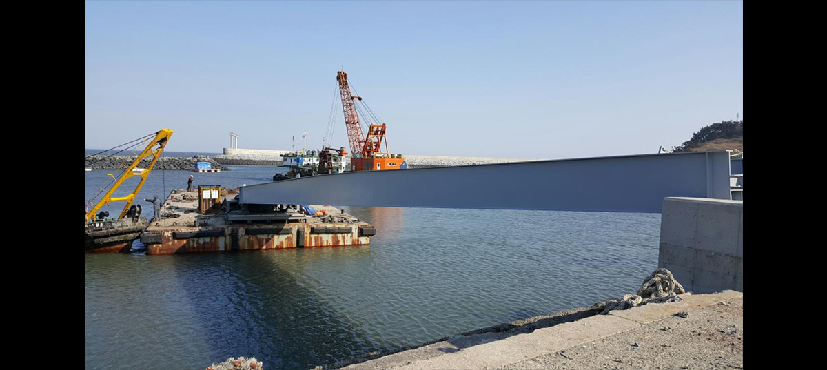 Installing and relocating the landing stage during the improvement work of the Yeondo Port 첨부파일 : 1562744531_6.jpg